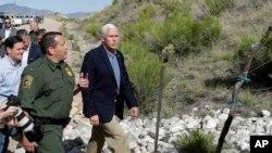 معاون رئیس جمهوری آمریکا در بازدید از مرز در نزدیکی شهر توسان.