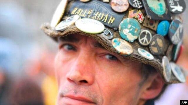 Tổng cộng thời gian biểu-tình-một-mình trước Quảng trường Quốc Hội Anh của Brian Haw là 10 năm. Khi ông qua đời, nhiều người, kể cả các tên tuổi lớn trong các lãnh vực chính trị, xã hội và văn hóa, lớn tiếng khen ngợi ông, xem ông như là biểu tượng của tí