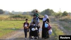 Migrantes sirios curzando hacia Hungría a través de la frontera con Serbia, el sábado, 29 de agosto de 2015.