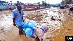 Nhiều con đường trong thủ đô Port-au-Prince bị ngập lụt khiến giao thông khó khăn