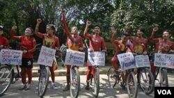 Warga Tibet di New Delhi, India melakukan unjuk rasa pro-Tibet memperingati pergolakan di Lhasa (28/9).