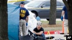 FBI điều tra hiện trường vụ xả súng bên ngoài Trung tâm Culwell Curtis ở Garland, Texas, ngày 4/5/2015.