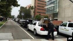 미국 서부 캘리포니아 주 로스앤젤레스의 캘리포니아대학(UCLA)에서 총격 사건이 발생한 후 경찰이 총격 현장 주변에서 차량을 수색하고 있다. (자료사진)