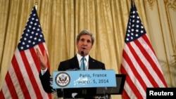 Menlu AS John Kerry memberikan sambutan tentang krisis Ukraina di rumah kediaman Dubes AS di Paris (5/3).