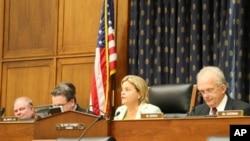 众议院外交委员会主席罗斯雷提南(中间女士)主持听证会