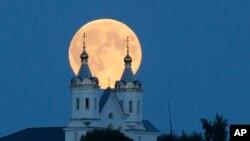 2015年8月29日白俄羅斯明斯克所見的超級月亮。