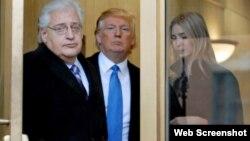 juristi David Friedman, me Presidentin e zgjedhur dhe të bijën (marrë nga Bloomberg)