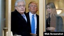 도널드 트럼프 미국 대통령 당선인이 차기 정부의 이스라엘 주재 미국 대사로 데이비드 프리드먼 변호사(왼쪽). 지난 2010년 트럼프 당선인과 그의 딸 이반카 트럼프와 만난 사진이다. 출처 = 블룸버그 통신.
