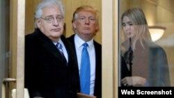 El abogado David Friedman, visto aquí con Donald Trump y su hija Ivanka, es el escogido para representar a Estados Unidos en Israel.