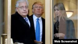 Pengacara David Friedman bersama Donald Trump dan putrinya Ivanka Trump. (Foto: Bloomberg)