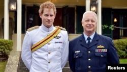 Pangeran Harry (kiri) berdiri bersama kepala Angkatan Udara Australia Marsekal Marshal Mark Binskin ketika tiba di kampus Militer Kerajaan Duntroon di Canberra, 6 April 2015.