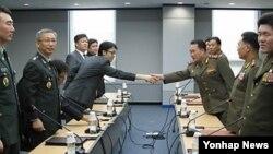 지난 9월 북한 개성공단 종합지원센터에서 열린 통행·통신·통관(3통) 분과위원회 회의에서 남측 위원장 홍진석 통일부 관리총괄과장(왼쪽)과 북측 위원장인 리선권 북한군 대좌가 악수를 하고 있다. (자료사진)