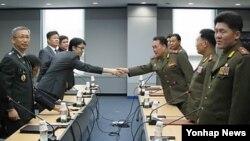 지난 9월 북한 개성공단 종합지원센터에서 열린 통행·통신·통관(3통) 분과위원회 회의에서 남측 위원장 홍진석 통일부 관리총괄과장(왼쪽)과 북측 위원장인 리선권 북한군 대좌가 악수하고 있다.