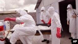 Petugas medis mengenakan pakaian khusus untuk penanganan pasien Ebola di Monrovia, Liberia, 28 November 2014 (Foto: dok).