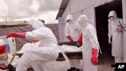 Petugas kesehatan menggunakan pakaian pelindung dari Ebola memindahkan jenazah korban virus tersebut di Monrovia, Liberia. (AP/Abbas Dulleh)