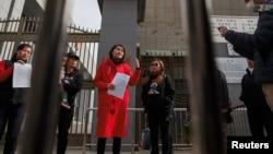 被拘押的維權律師王全璋的妻子李文足在中國最高法院外對記者講話,隨後開始徒步遊行。(2018年4月4日)