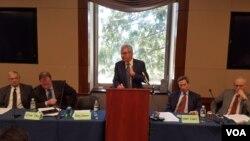 로버트 아인혼 전 미 국무부 비확산.군축담당 특보가 30일 워싱턴의 민간단체인 핵확산금지정책교육센터 (NPEC) 주최로 열린 세미나에서 발언하고 있다.