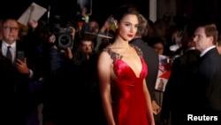گال گادوت در مراسم فرش قرمز فیلم بتمن علیه سوپرمن در لندن