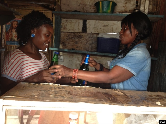 Mariatu Sesay trains former sex worker Mary Aruna at her cafe, Goderich, Sierra Leone, Jan 17, 2018 (N.deVries/VOA)