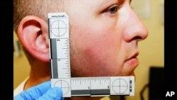 Foto del oficial Darren Wilson siendo medido como parte de la evidencia física en que basó su decisión el gran jurado en Ferguson.