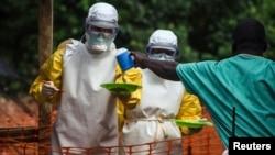 """Medicinski radnici iz organizacije """"Lekari bez granica"""" donose hranu pacijentima u karantinu u Sijera Leoneu"""