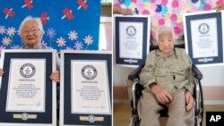 جاپان کی ان دونوں بہنوں کی عمریں 107 سال ہے۔