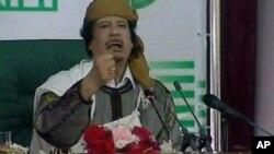퇴진할 뜻이 없다고 강조하는 무아마르 카다피