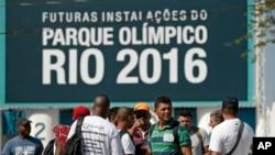 Công nhân đình công tập trung trước cổng vào Công viên Olympic Park đang được xây dựng để đăng cai Olympic 2016 ở Rio de Janeiro, ngày 8/4/2014.