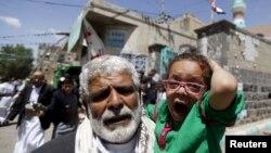 Bé gái bị thương được đưa ra khỏi hiện trường vụ đánh bom tự sát vào đền thờ Hồi giáo ở Sanaa, Yemen.
