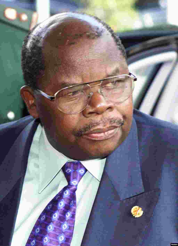 Benjamin William Mkapa akishiriki katika mazungumzo ya amani Arusha, Tanzania, February 26, 2001.