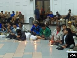 Penyandang disabilitas dalam sebuah acara di BK3S Jawa Timur. (VOA/Petrus Riski)
