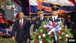 Presiden AS Barack Obama meletakkan karangan bunga di TMP Arlington dalam peringatan Hari Veteran (11/11).
