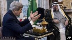 美國國務卿克里(左)1月5日與沙特國王阿卜杜拉在沙特阿拉伯會晤。