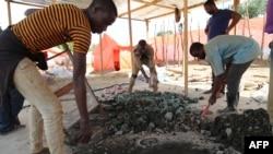 Les creseurs artisanaux trient les minérais, sur la route entre Kolwezi et Lubumbashi, le 15 février 2018.