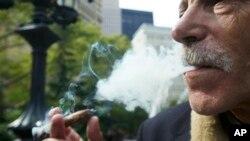 El fumar cigarrillos reduce la vida de una personas por 10 años y el VIH en unos 11 años