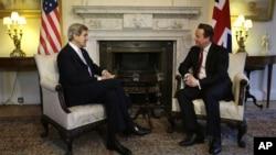 Menlu AS John Kerry (kiri) menemui PM Inggris David Cameron di kantornya, Jalan Downing 10, London (25/2).