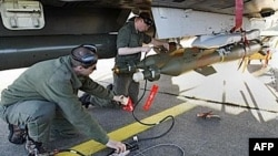 Bir Fransız Mirage uçağı Korsika hava üssünde Libya'ya uçmaya hazırlanıyor