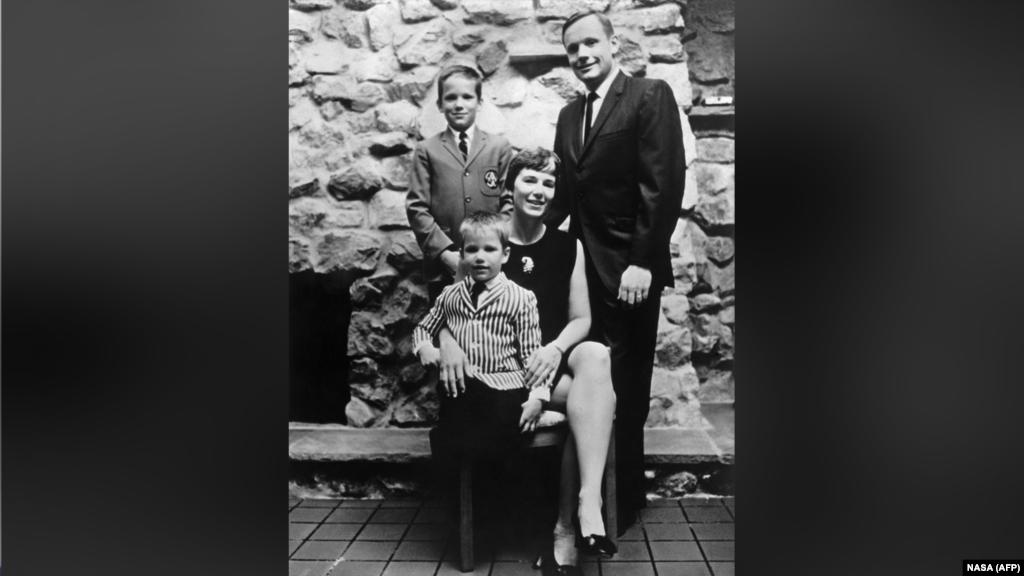 На этом снимке – семья Нила Армстронга: его жена Джанет и два сына, Эрик и Марк. У Нила и Джанет было трое детей, однако дочь Карен скончалась в раннем возрасте. Армстронг развелся со своей женой в 1990 году после 38 лет брака. Свою вторую жену, Кэрол Хелд Найт, он встретил на соревнованиях по гольфу, где они сидели за одним столом во время завтрака. Две недели после знакомства Армстронг решил позвонить Кэрол; узнав, что она занята, пытаясь выкорчевать вишневое дерево в саду, он предложил свою помощь. Спустя полчаса он уже был у нее дома, а спустя два года пара сыграла свадьбу.
