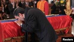 El gobernante iraní, Mahmud Ahmadinejad, besó el ataúd de Chávez durante el funeral del presidente venezolano en Caracas.