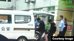 成都维稳人员郭井祥判刑后被押送看守所。(六四天网提供)