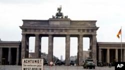 Brandenburg darvozasiga g'arbiy Berlindan nazar. 13-avgust 1961-yil