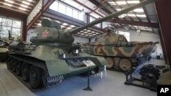 Советский танк T-34 на выставке военной техники в городе Portola Valley в штате Калифорния в США. 6 ноября 2013 г.