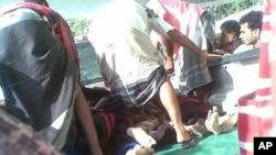 在也门3月4日战事中受伤的政府军士兵被运走