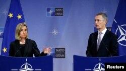 AB Dış İlişkiler ve Güvenlik Yüksek Temsilcisi Federica Mogherini (solda) ve NATO Genel Sekreteri Jens Stoltenberg (arşiv)