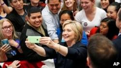 Hillary Clinton mengambil foto selfie bersama para pendukungnya dalam kampanye di San Francisco, California (26/5).