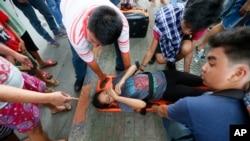 一名菲律賓反美示威者遭警車衝撞受傷。