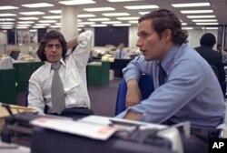 華盛頓郵報記者鮑勃•伍德沃德和卡爾•伯恩斯坦揭露並記錄了其中的大部分事件。