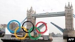 Các cổng của cây cầu nổi tiếng Tower Bridge trên sông Thames được mở ra để đón bộ vòng Olympic khổng lồ, 28/2/2012