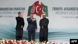 Tổng thống nước chủ nhà, ông Abdullah Gul, chủ tọa cuộc họp với Tổng thống Hamid Karzai của Afghanistan và Tổng thống Pakistan, ông Asif Ali Zardari.