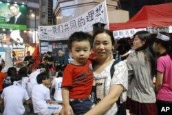 從深圳移居香港的陳小姐帶同接近3歲的兒子關注絕食學生
